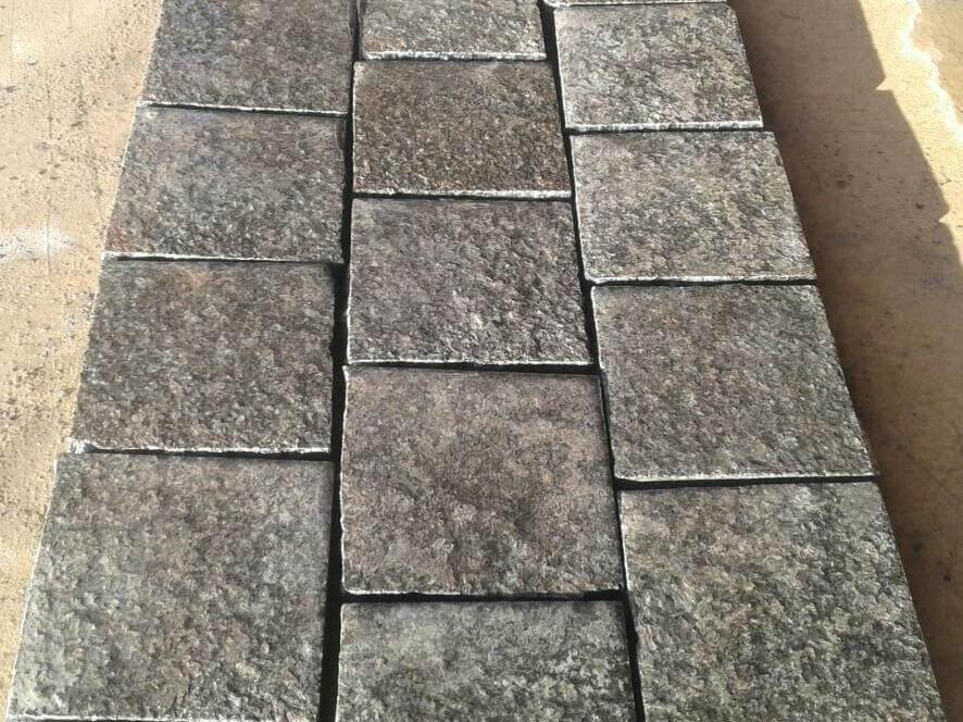 Розпиляний на сляби блок чорного каменю Габро