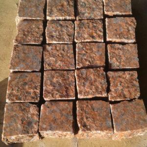 Бруківка пиляно-колота з червоного Жадківського граніту 10x10x3