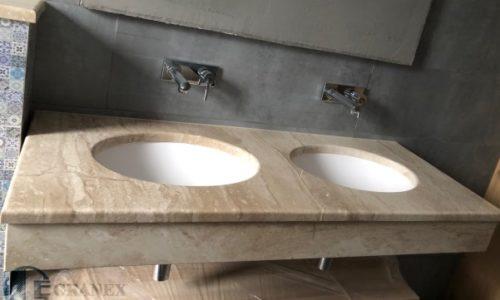 Мармурова стільниця, встановлена під раковиною