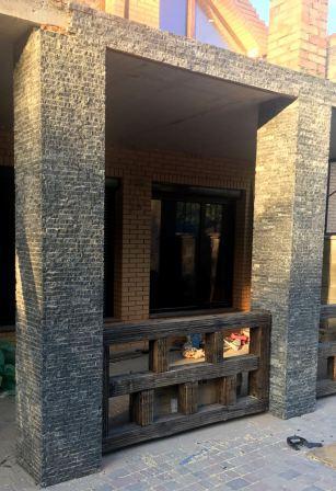 фасад колота плитка-соломка з граніту Gabbro. Львів