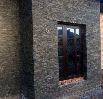 Фасад из колотой плитки-соломки (камень — габбро)