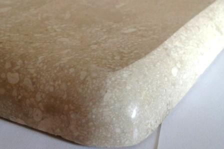 Фаска B (В) на полированном мраморе Crema Mare