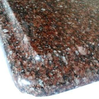 Фаска F на полірованому бордовому граніті Carpazi