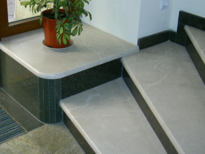 Металлическая лестница в облицовке из мрамора