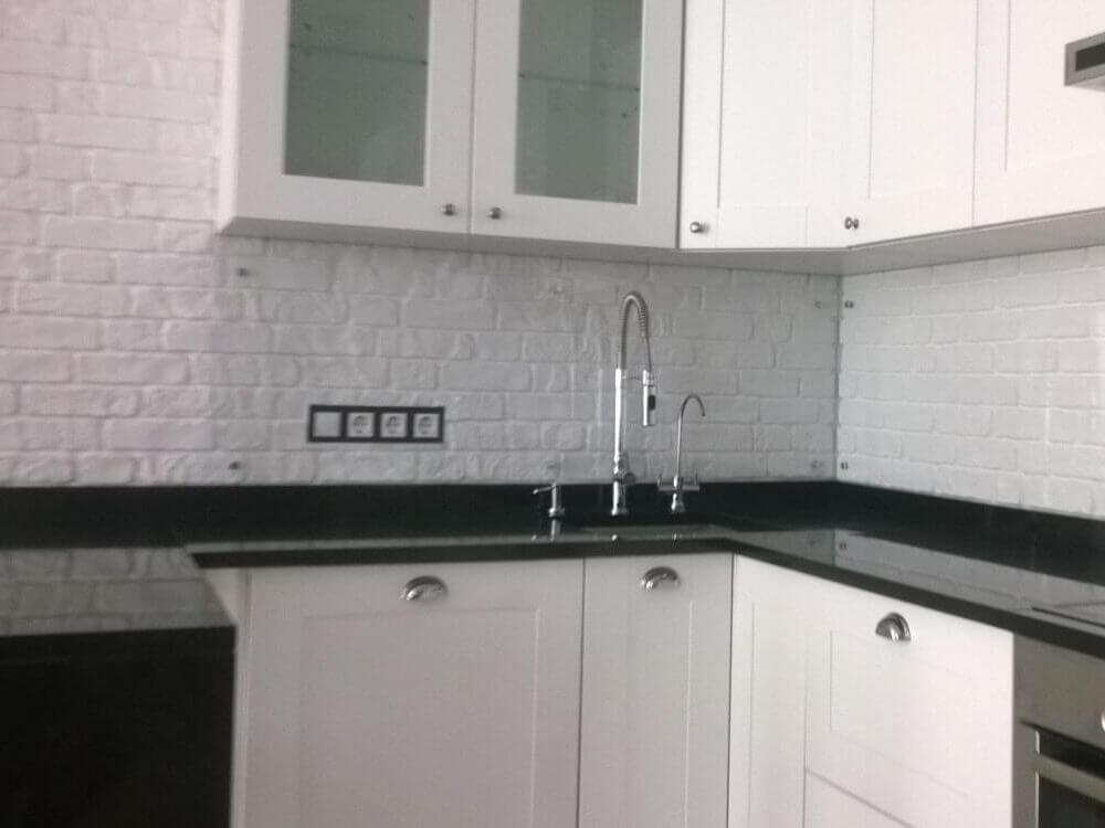 Каменная столешница на белой кухне в Одессе