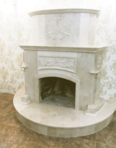Барокко: камин из мрамора Crema Nova