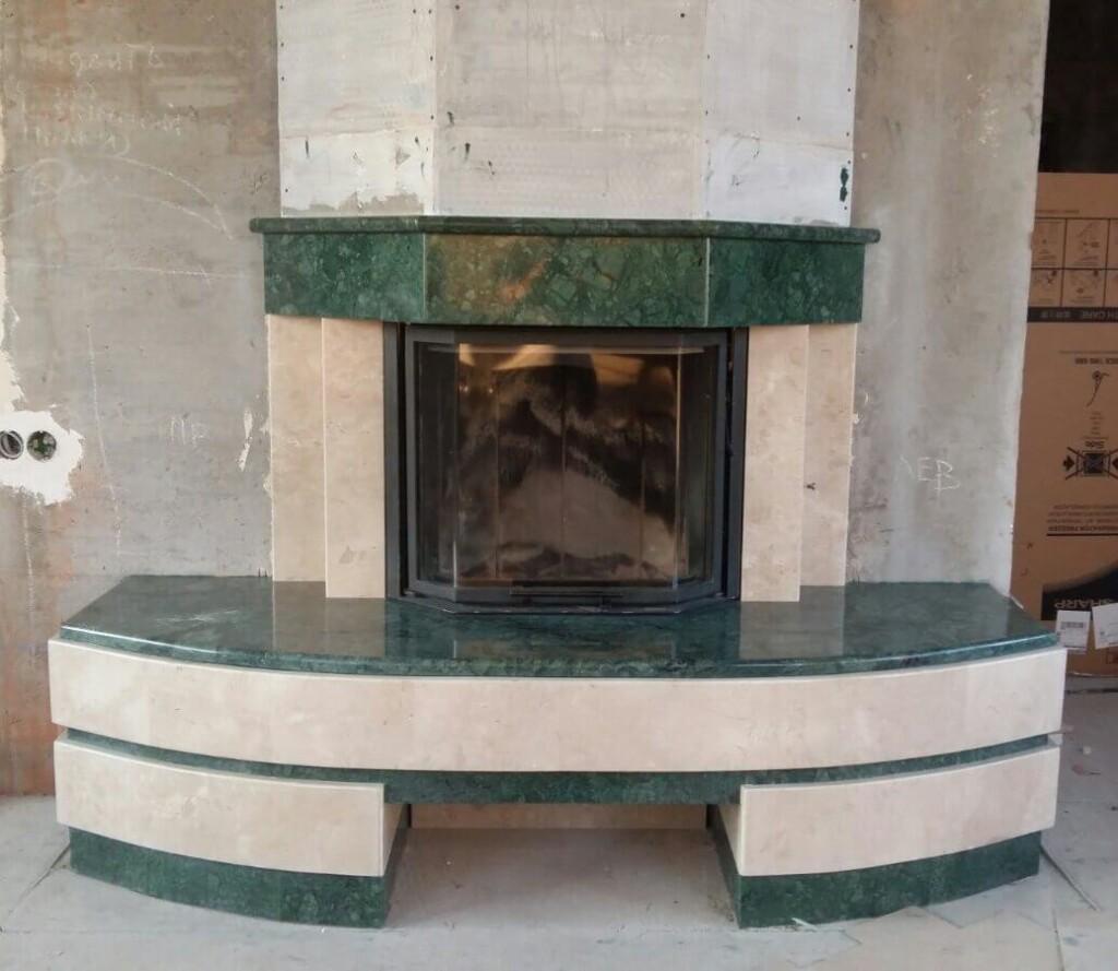 Камін в поєднанні зеленого мармуру Verde Guatemala та бежевого Lotus Beige