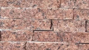Колотая красная плитка из гранита лезники