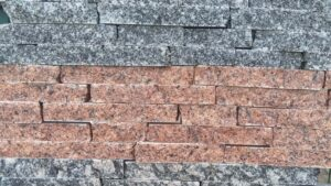 Колотая красная плитка из гранита лезники в сочетании с серым гранитом