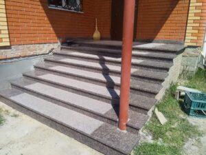 Крыльцо с лестницей из гранита Дидковичи (вид сбоку)