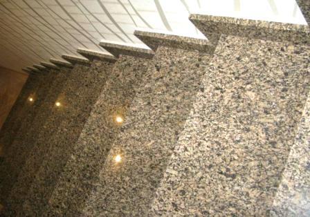 Лестница из жёлтого Софиевского гранита (вид сверху, горизонтальный)