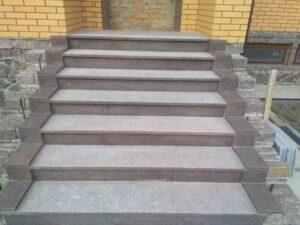 Лестница и площадка из коричневого Токовского гранита
