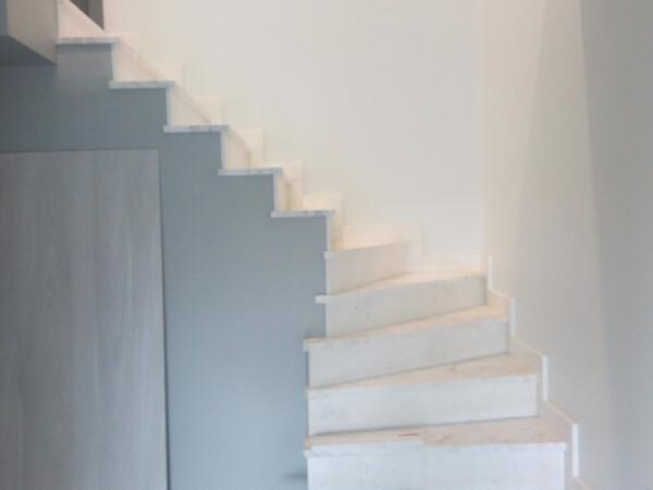 Лестница из бело-серого мрамора Victory (вид снизу)