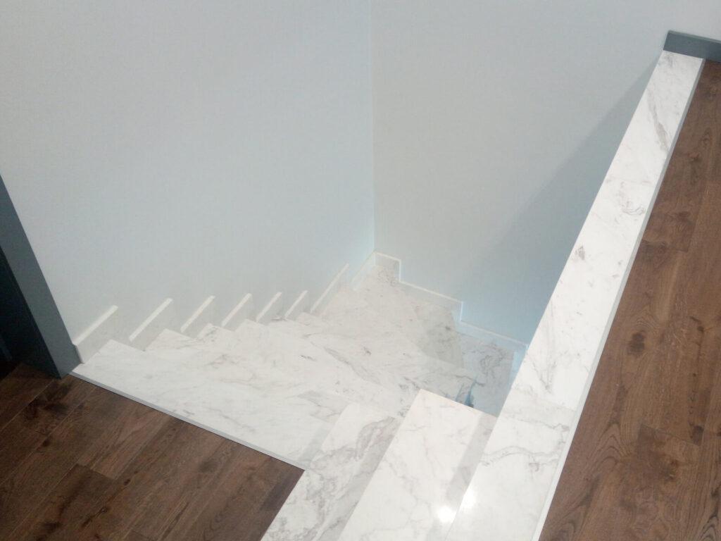 Лестница из бело-серого мрамора Victory (вид сверху)