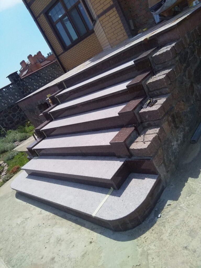 Лестница из красного Токовского гранита