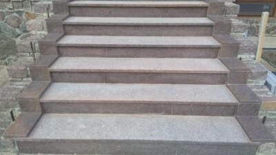 Лестница из украинского красно-коричневого Токовского гранита