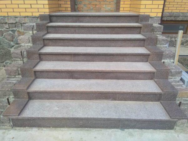 """Лестница, изготовленная из красного гранита """"Токовский"""""""