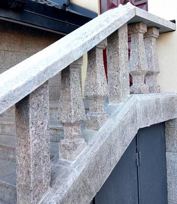 Лестница с балясинами из жёлтого гранита Skifiya Gold