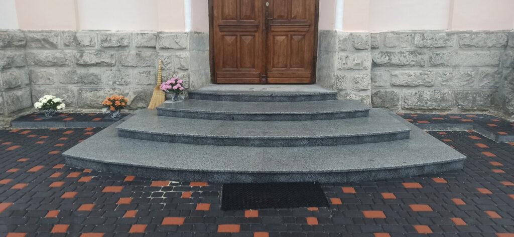 Сходи з Покостівського граніту Grey Ukraine для храму