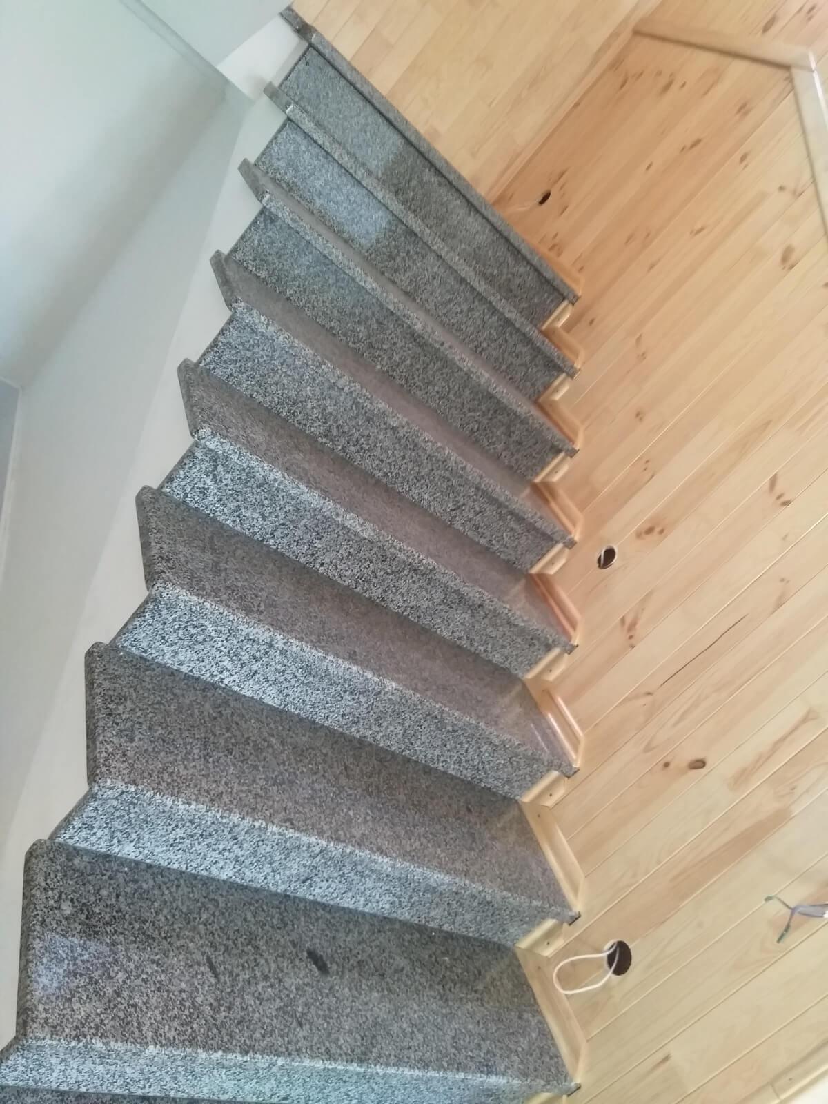 Сходи з Покостівського граніту, зроблені в Одесі (вид збоку)