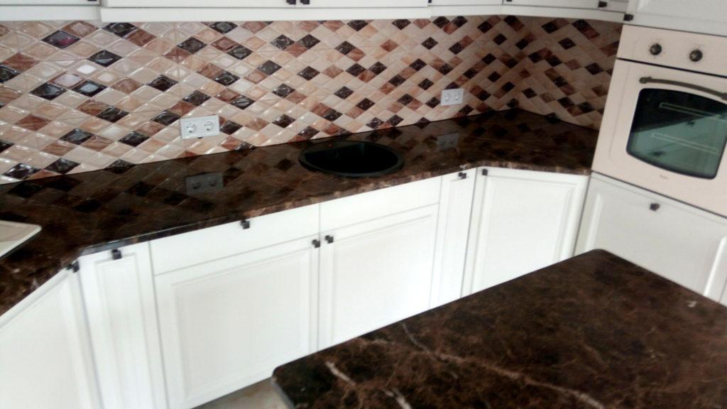 Мрамор Emperador Dark на белой кухне, широкий обзор