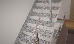 Лестница из Покостовского гранита с металлическими перилами
