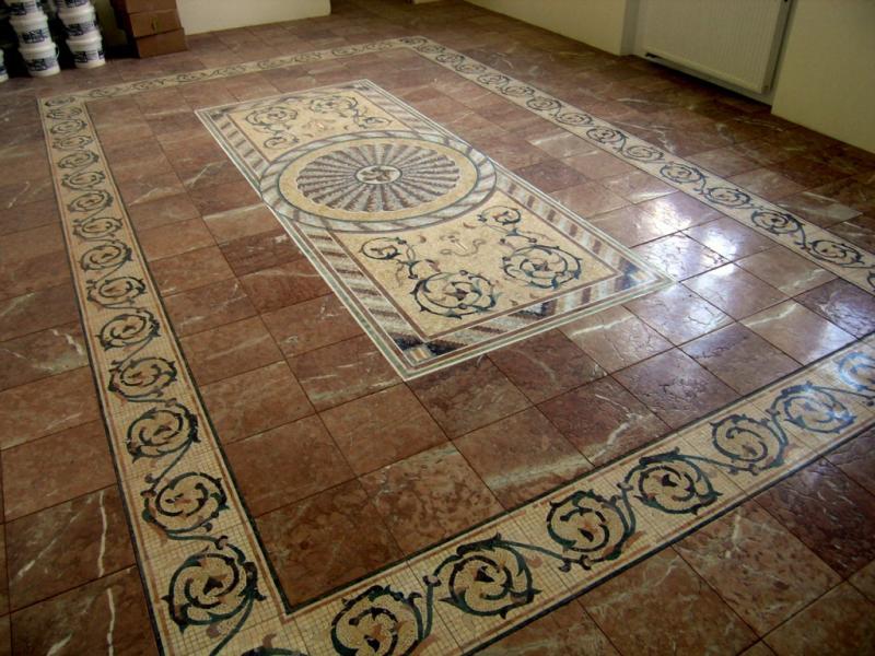 Мозаїчна підлога з українського мармуру Rosso Karpato