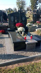 Чёрный гранитный памятник в с. Мурованое (Львовская область)