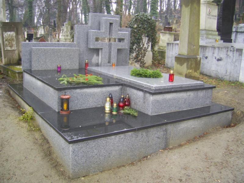 Пам'ятник з сірого Покостівського граніту