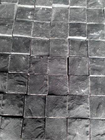 Пиляно-колота базальтова бруківка