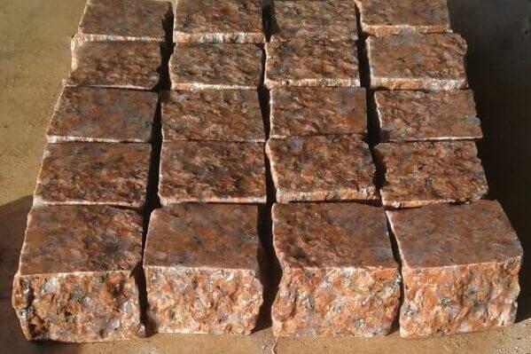 Пиляно-колота бруківка з червоного граніту Жадківка 10x10x3 см