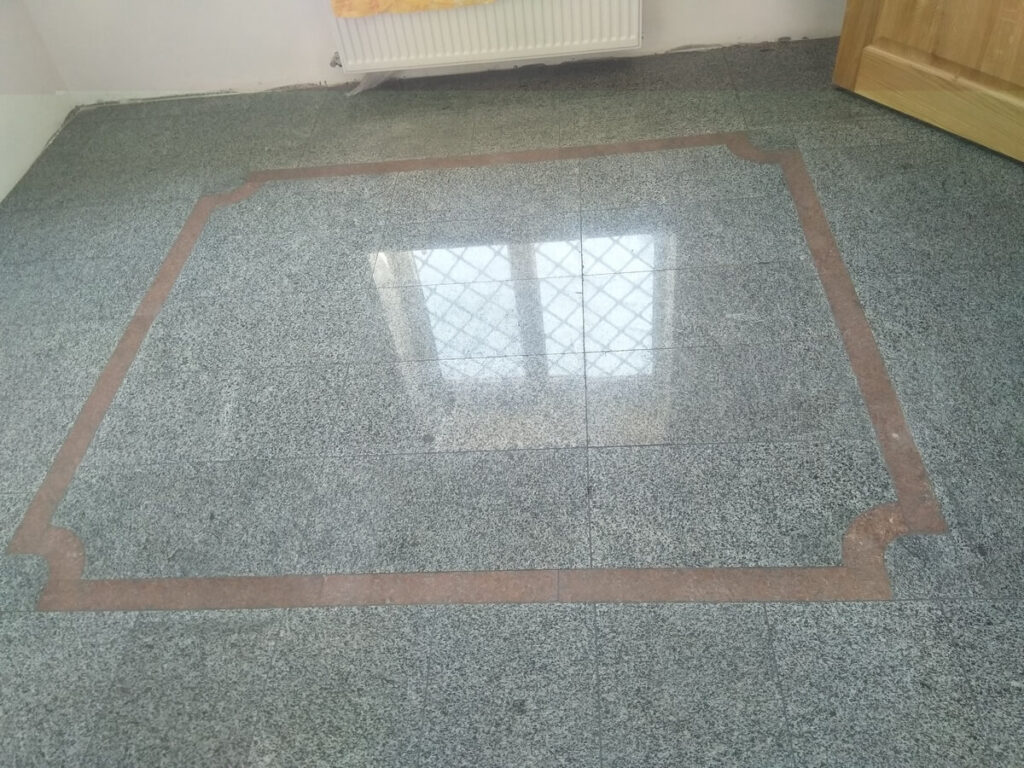 Покостовский гранит для облицовки пола. Отражение окна на гранитном полу.