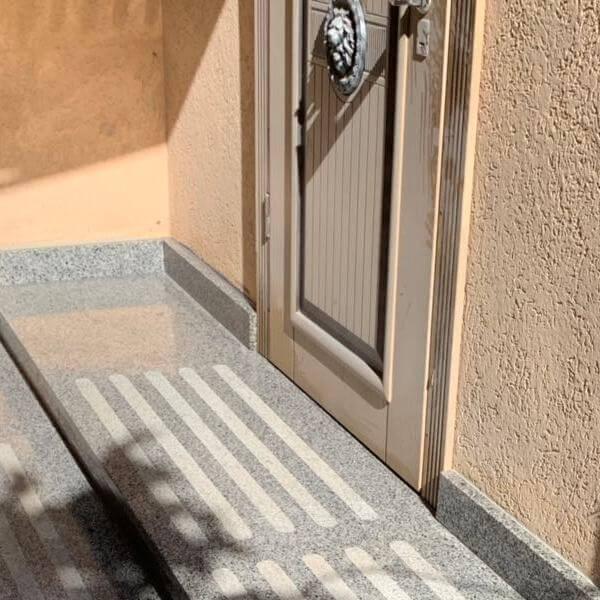 Ступени из Покостовского гранита у двери