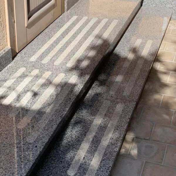 Покостовский гранит - серые ступени на крыльце