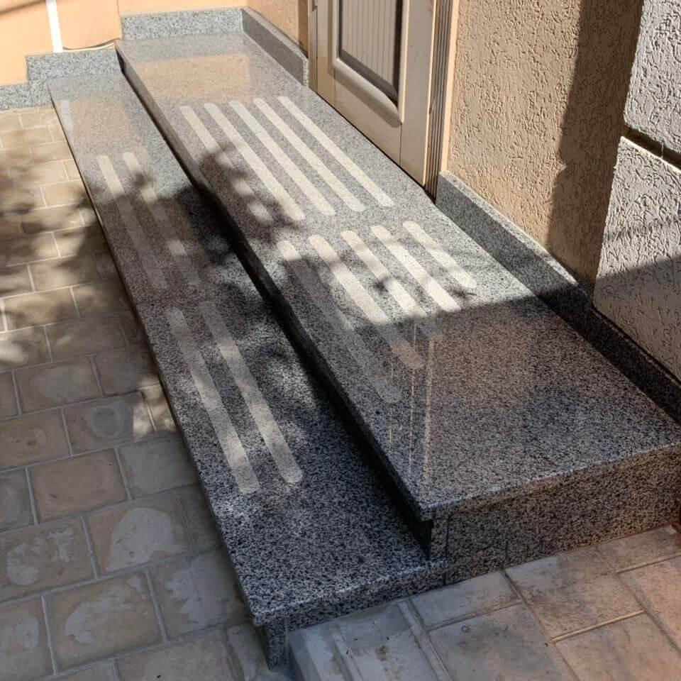 Сходи з сірого Покостівського граніту на ганку