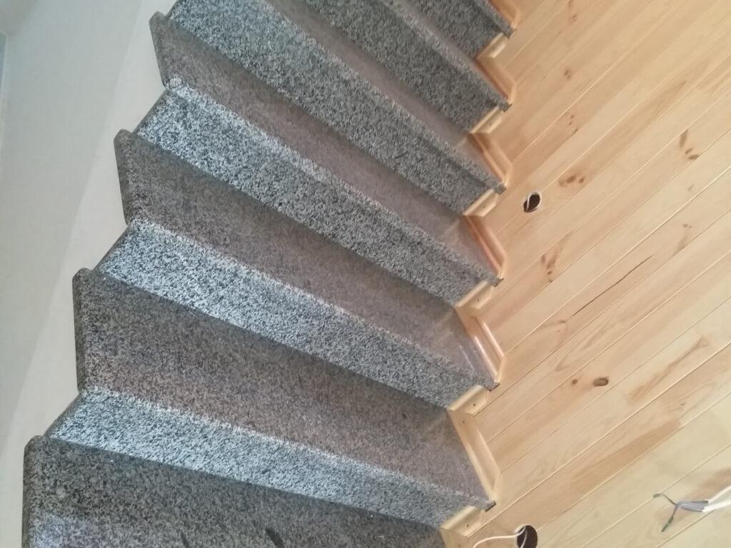 Лестница из серого Покостовского гранита в помещении