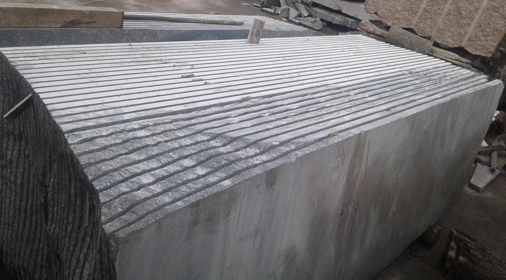 Распил гранитного блока на слябы - плиты заданной толщины