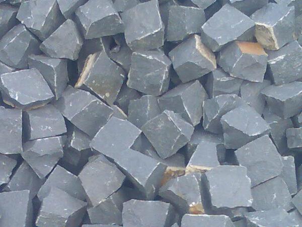 Множество колотой базальтовой брусчатки 10x10x5 см