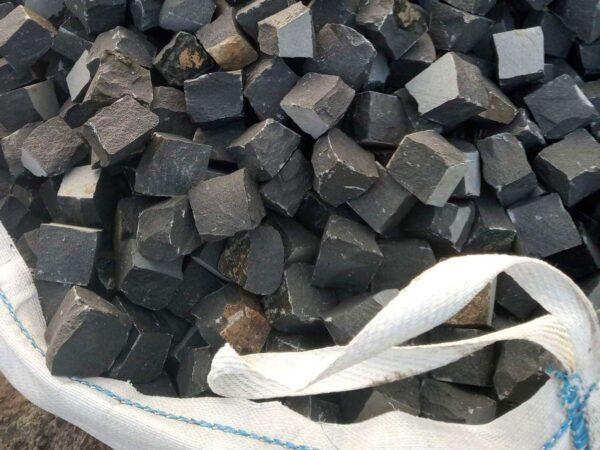Чорна базальтова бруківка 10x10x10 см, упакована в біг-бег