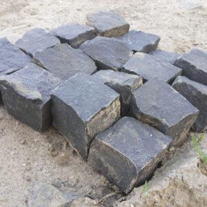 Чёрная брусчатка - базальтовая колотая 10x10x10 см, вид камней сбоку