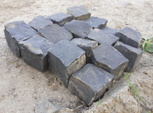 Чорна бруківка - базальтова колота 10x10x10 см, вид каменів збоку