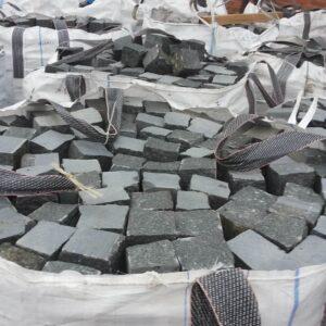 Колотая чёрная брусчатка из камня габбро, размером 10x10x10 см