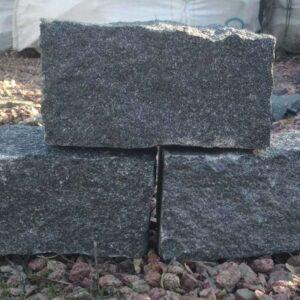 Колотая чёрная брусчатка из камня габбро, размером 20x10x10 см