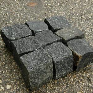 Колота бруківка з чорного каменю габро 20x20x20 см
