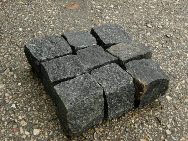 Колотая брусчатка из чёрного камня габбро 20x20x20 см