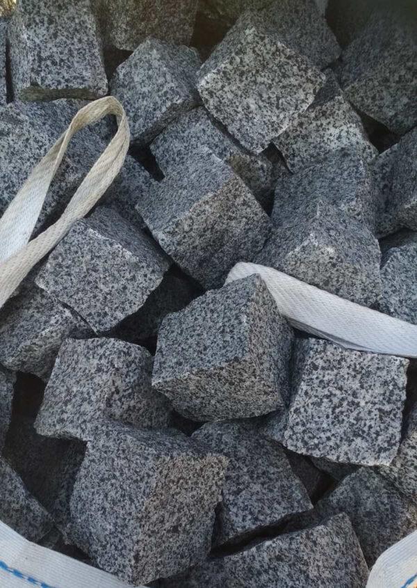 Колотая брусчатка из серого Покостовского гранита 10x10x10 см