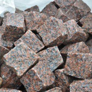 Колота бруківка з червоного Кишинського граніту 10x10x10 см