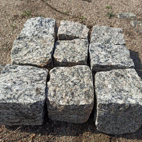 Брусчатые камни из колотого Софиевского гранита жёлтой селекции