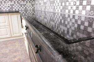 Стільниця на кухню з лабрадориту в старому стилі, з відображенням фартуха на глянсової поверхні
