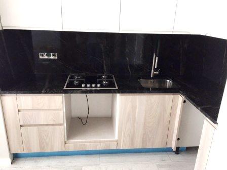 Стільниця з граніту Pantera Grey на кухні з білим фасадом